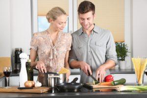 גבר ואישה מבשלים